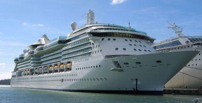 1024px-Cruise_ship_serenade