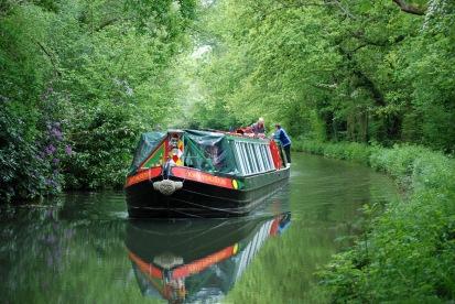 Barge_on_Basingstoke_Canal